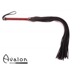 Avalon - BALIN - Lang Svart og Rød Flogger med nagler på håndtaket