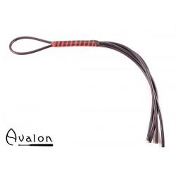 Avalon - CURSE - Svart og Rød firehalet Silikonflogger med Lær- og Silikonhåndtak